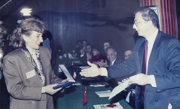 Año 1993 Salón Internacional de Inventos de Ginegra: Maria Teresa recoge la medalla de oro a la mujer inventora.